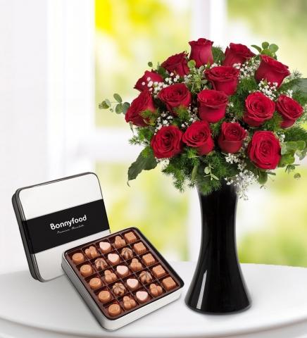 Vazoda Kırmızı Gül ve Çikolata