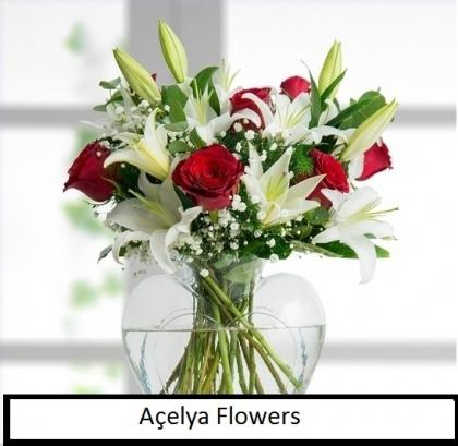 Vazoda Beyaz Kazablanka ve Kırmızı Güllerrmızı G
